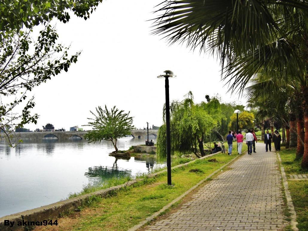 Adana Seyhan Nehri kıyısı