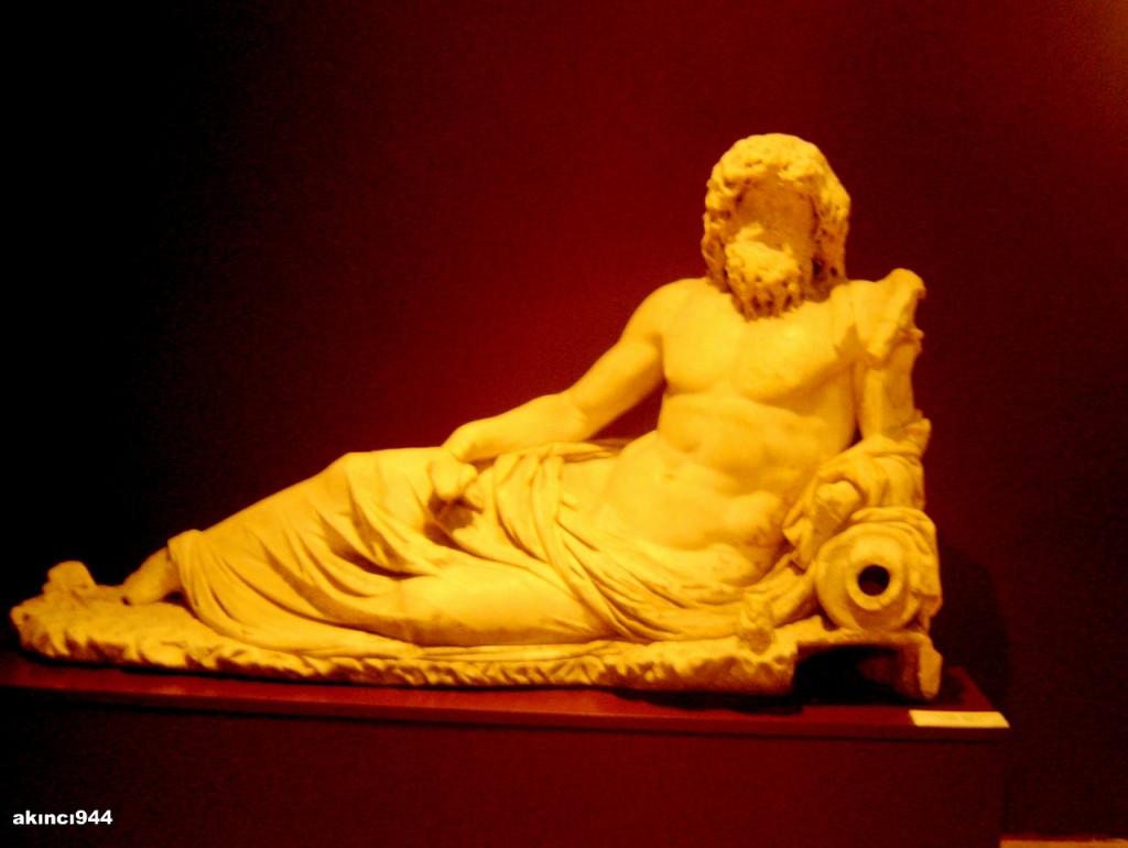 Nehir tanrısı Okeanos'un heykeli ( Efes, Roma devri)