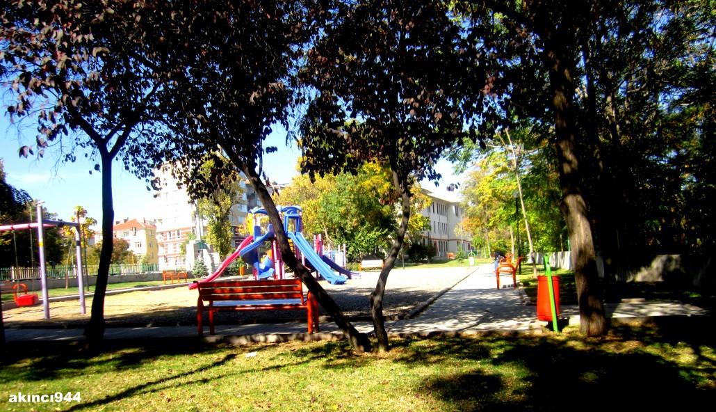 Yahya Galip ile Necatibey kavşağındaki çocuk parkı